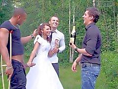 Jungen Braut bekommt von Three Cocks attackiert