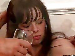 betrunken schlafende behaarte frau nackt
