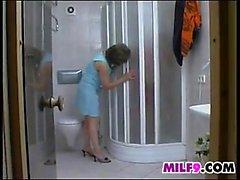 Зрелая женщина мастурбирует ванной смотреть онлайн