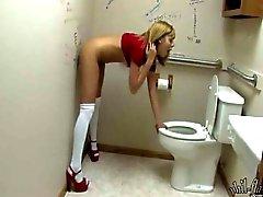devushka-v-tualete-s-rezinovim-dildo-v-stene-video